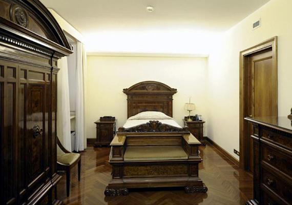 Az ötemeletes épületben Ferenc pápa a 201-es lakosztályban él. Amellett, hogy a pápa a Szent Márta-házban tölti éjszakáit, itt tartja a reggeli misét, illetve étkezéseit is itt fogyasztja el. A képen a pápa hálószobája látható. Kattints ide, és nézz meg még több képet a házról!