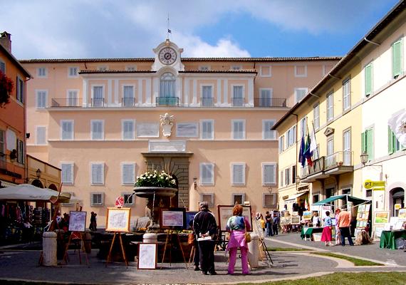 Míg a pápa hivatalos rezidenciáját a Vatikán jelenti, az 1623-ban megválasztott VIII. Orbán pápa óta nyári rezidenciaként szolgál a Castel Gandolfó-i pápai palota. A képen a nyári palota homlokzata látható.