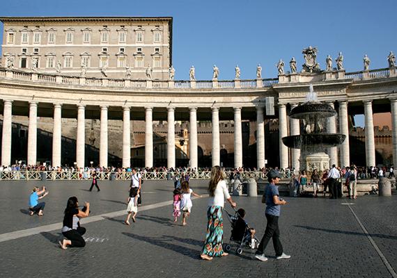 A pápai palotának is nevezett Apostoli Palota épülete jól látszik a Szent Péter térről is. Kattints ide, és még több képet nézhetsz meg a palotáról!