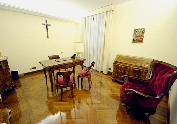 Ez Ferenc pápa dolgozószobája. Látható, hogy a berendezés egyáltalán nem hivalkodó, csupán a legszükségesebb darabokból áll. Ez a luxust nélkülöző életvitel összhangban van azzal, hogy a szegények megsegítését hirdeti.