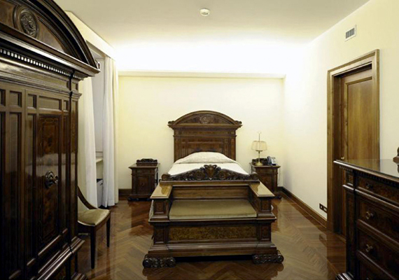 A pápa ebben a harmonikus képet mutató, mégis egyszerű helyiségben hajtja álomra a fejét. A hálószobája előtt őrök állnak.