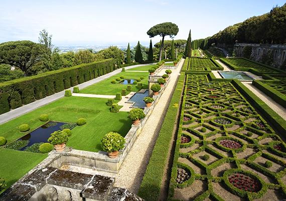 A rezidencia kertje bámulatosan szép. 2014-ben Ferenc pápa megnyitotta egy részét a látogatók előtt, ez a gesztus is a közvetlenségére utal.