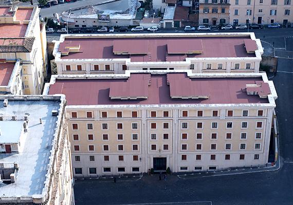 Így fest a Szent Márta-ház a Szent Péter-bazilika irányából. Az épület vendégházként működik, ezen a helyen szállásolják el az egyház hivatalos ügyei kapcsán érkezőket, például a konklávé résztvevőit is, ha pápaválasztásra kerül sor. Itt él a pápa a 201-es számú lakosztályban.