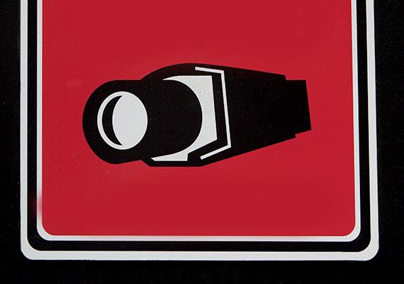 A kamerára, illetve kamerás megfigyelésre figyelmeztető táblának, csakúgy, mint annak, ha a riasztót jelzi, komoly elrettentő hatása lehet, vigyázz azonban, hogy az ne tartalmazzon semmiféle információt a berendezések típusára, márkájára vonatkozóan, a profibb bűnelkövetőknek ugyanis ez támpontot adhat azok kiiktatásához.