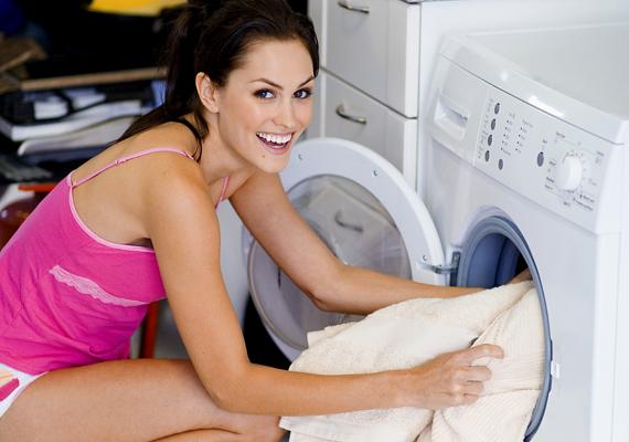 Nem kell drága fehérítőszerekre költened, ha ecetet használsz a mosáshoz: a mosóprogram előtt önts a gépbe fél pohár ecetet, és a ruhák vakítóan fehérek lesznek.