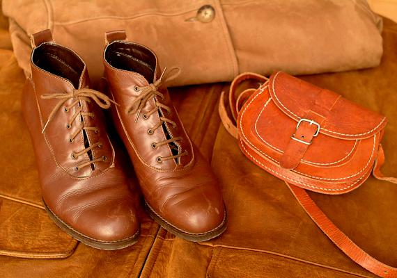 Ha egy kevés sampont teszel egy tiszta rongyra, majd körkörös mozdulatokkal bedörzsölöd vele a bőrcipőket, azok fényesek lesznek, emellett a sónak is ellenállnak majd.