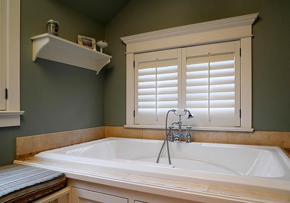 A kádról és a csapról pillanatok alatt eltüntetheted a szappanlerakódást, ha átdörzsölöd samponos vízzel.