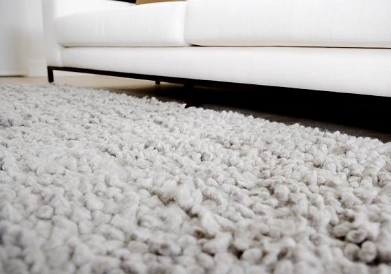 A piszkos, foltos szőnyeg tisztítására tökéletes a sampon. Csak dörzsöld be samponos vízzel a foltot, hagyd állni, majd töröld szárazra.