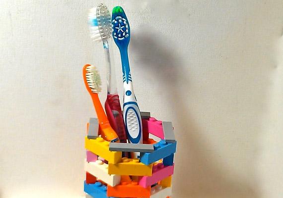 Van a családban kisgyerek? Biztosan szívesen ad pár színes legót a fenti fogkefetartó megépítéséhez.