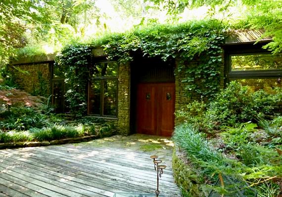 A Mortenson házaspár az elmúlt harminc évet azzal töltötte, hogy föld alatti otthonukat tökéletesre csiszolják. Jim és a felesége, Mickey két fontos dolgot tartott szem előtt az építkezés során, egyrészt a megfelelő zöldkörnyezetet, másrészt a biztonságot, ugyanis az amerikai Alabama egyik tornádó sújtotta területén élnek. A házban mindent maguk terveztek, még az energiatakarékos eszközöket is.