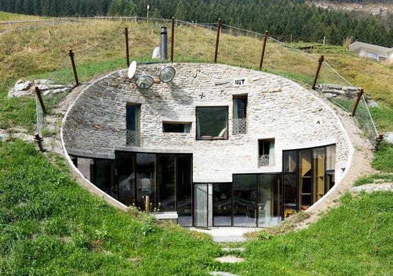 Szintén Svájcban található ez a parabolaantennára emlékeztető otthon, mely a föld alatt sem nélkülözi a luxust. Falai között termálfürdő is található, arról nem beszélve, hogy ablakaiból tökéletes panoráma nyílik a közeli hegyekre.
