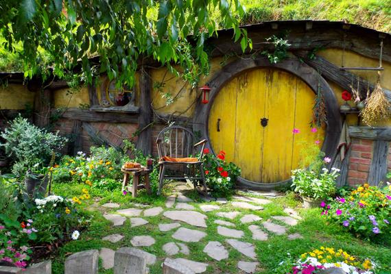 Egyre nagyobb népszerűségnek örvendenek a képen láthatóhoz hasonló, hobbitházaknak is nevezett, hangulatos otthonok. Ide kattintva többet is megtudhatsz róluk!