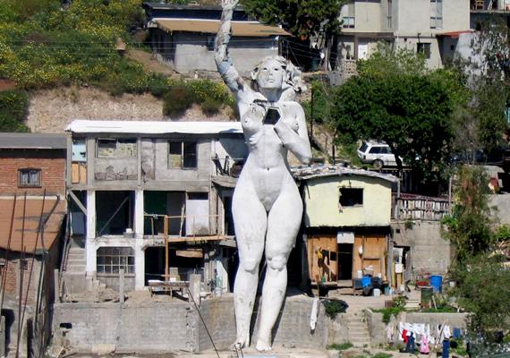 Az ő műve a tijuanai La Mona nevű épület is, mellyel barátnőjét kívánta megformázni. A különös szobor furcsa módon egyben lakóépület is.
