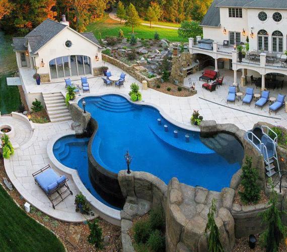 Az igazi luxushoz hozzátartozik a medence, de valóban szükség volt arra, hogy emeletest építsenek?