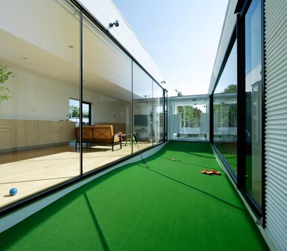 Ha sok pénzed van, akkor akár saját golfpályát is létesíthetsz a lakás falai között, senki nem szólhat érte.