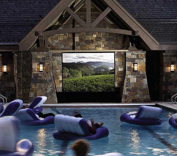 A medencéknél maradva: mi is szívesen kipróbálnánk, milyen lehet a vízen lebegve mozizni.
