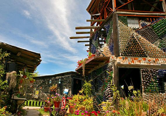 Az argentin művész, Tito Ingenieri üvegeket hasznosított újra, ezekből építette fel szokatlan, de nagy népszerűségének örvendő házát is.