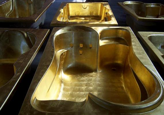 A tehetősebbek közül egyre többen terveztetnek maguknak valódi arannyal beborított fürdőkádat.