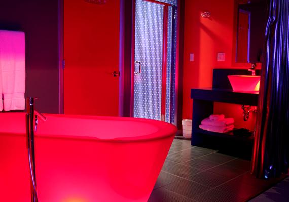 Az egyszerű formavilággal rendelkező világító kádak fényét halogénlámpák adják. A színek a kád kijelzőjén általában váltogathatók.