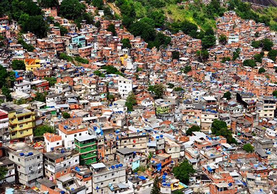 Persze egy nyomornegyed anélkül is megrázó, hogy tulajdonképpen egy temetőben terül el: többségükben a mélyszegénység mellett a fertőzésekkel, a vízhiánnyal, az erőszakkal és a bűnözéssel is szembesülniük kell a lakóknak. A képen a brazíliai Rocinha nevű nyomornegyed látható. Kattints ide, ha a többire is kíváncsi vagy.