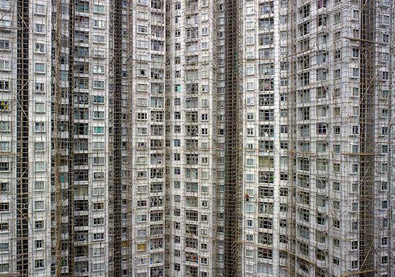 Sokak szerint azonban a barlanglakások is emberibb körülményeket kínálnak, mint például a nagyvárosok lakótelepei, amelyek lakásai - a képen látható épület Hongkongban található - inkább hasonlítanak állatkerti ketrecekhez, mint emberhez méltó otthonhoz. Itt nézhetsz meg még több képet.