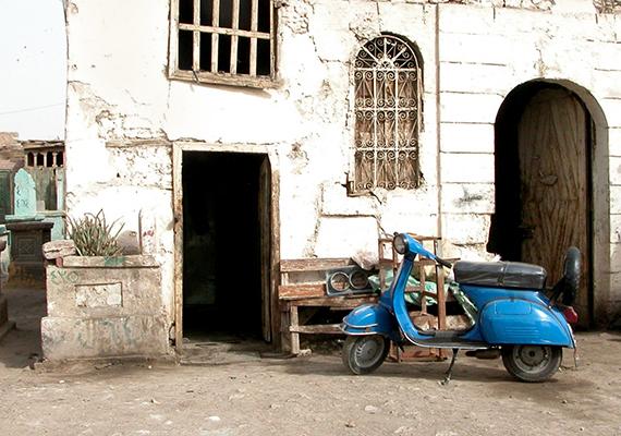 Egészen megdöbbentő, de Kairóban például több mint félmillióan élnek a Holtak városának is nevezett nekropolisz régi sírboltjaiban vagy azok között. Itt olvashatsz bővebben a témáról.