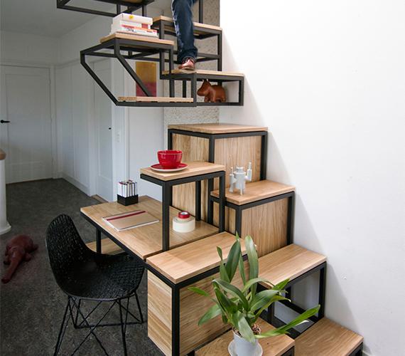 Kissé furcsa, hogy a bútorok egyben a lépcsőfokok, még akkor is, ha ez helytakarékos és olcsó megoldás.