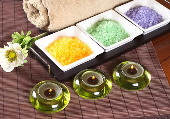 A fürdősót vedd ki a csúnya műanyag dobozokból, és töltsd porcelán edénykékbe. Látványos és kellemes illatfelhőbe vonják a fürdőt.