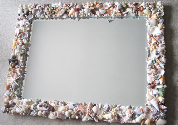 A féltve őrizgetett kagylókat, melyeket úgysem tudnál másra használni, tükörragasztó segítségével erősítsd rá körben a tükörre. Egyszerű, mégis nagyon látványos.