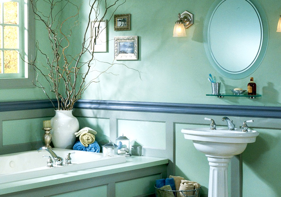 A falra szerelt képek barátságosabbá és meghittebbé teszik a fürdőt, pláne akkor, ha a kép kerete harmonizál a berendezéssel és a fal színével.