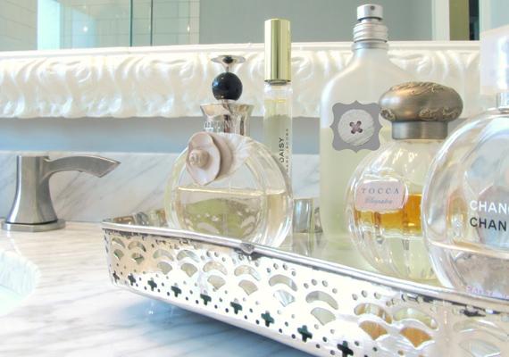 Állítsd egy fém rekeszbe vagy kosárba a parfümjeidet. Így nem fognak itt-ott kallódni a lakásban, ráadásul még jól is mutatnak az üvegcsék egymás mellett.