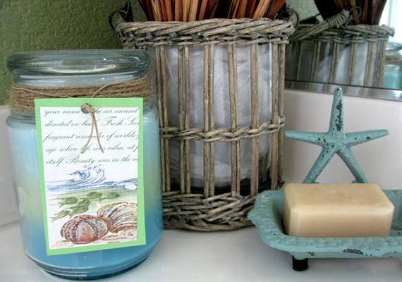 Néhány kék-fehér, régies hatású kiegészítővel, kagylóval rusztikus hangulatot kölcsönözhetsz a fürdőnek.