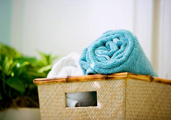 A nagyobb lakberendezési áruházakban ezer-kétezer forintért vásárolhatsz színes vagy épp fonott kosárkaszetteket, melyek nagyon jól mutatnak majd a fürdőben.