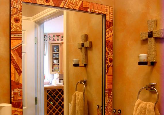 Ha színes keretet adsz a fürdőszobai tükörnek, egyszerűen feldobhatod a helyiséget. Ezt a legegyszerűbben üvegfestékkel teheted meg.