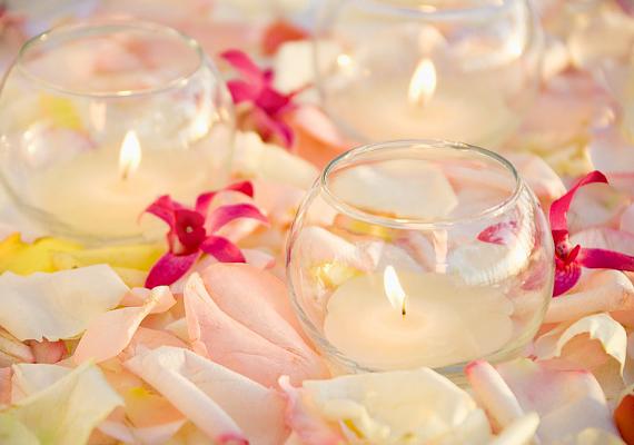 A hangulatgyertyák és virágszirmok kombinációja igazi spa-hangulatot teremt: utóbbiakat tedd egy tálkába, előbbiekből pedig tegyél ki legalább hármat-négyet.