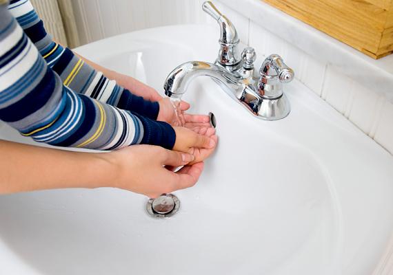 Mosdó                         A mosdókagyló hamarabb szennyeződik be, mint a fürdő más részei, hiszen a napi többszöri kézmosás miatt többet használja az ember. Ezt tehát tisztítsd sűrűbben, ne várd meg a nagy fürdőszoba-takarítást! Keverj ecetes vizet egy rész ecetből és egy rész vízből!