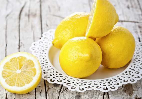 A csaptelepekről könnyebben távolíthatod el a szennyeződéseket, ha citromlevet csepegtetsz egy szivacsra, majd azzal törlöd át.