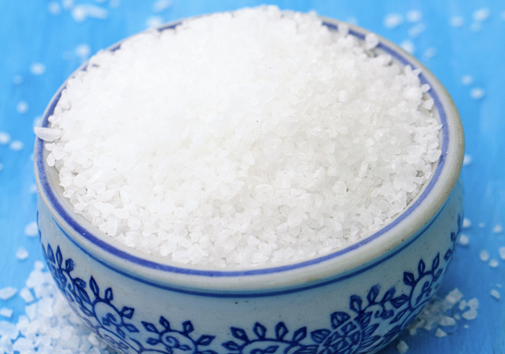 A só is hasonlóképp hatásos, a víz mellett pedig akár egy kevés ecetet is adhatsz hozzá. A sós pépet kend fel a vízköves felületre, majd negyed óra, fél óra után öblítsd le.