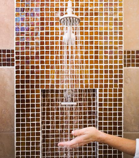 Mozaikcsempe fillérekbőlA mozaikcsempe a fürdőszobába sokak dédelgetett vágya, de csak kevesen engedhetik meg maguknak a borsos árú burkolatot. Ha te is szereted az apró köveket, vásárolj egy ív vízhatlan, mozaikmintás tapétát, és ragaszd a zuhanyzóba, vagy a mosdókagyló fölé. Ha csak egy ívet vásárolsz, egy jobb minőségű terméket is megengedhetsz magadnak, ami valóban úgy mutat majd, mintha mozaikcsempével emelted volna ki a fürdőszoba egy részét.