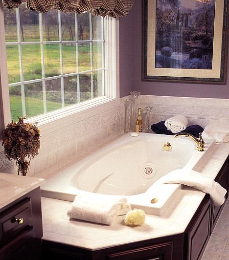 Kép a falonValószínűleg a fürdőszoba az utolsó hely, ahová eszedbe jutna képet akasztani, pedig ha a keret ellenáll a párának, egy jól megválasztott festmény vagy fotó az egész fürdő hangulatát megváltoztathatja. Az elegáns helységbe válaszd egy klasszikus kép repróját, de egy bohókás, tarka fürdőben egy jazz-poszter is jól mutat.