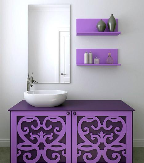 Színes matricákEgy kevés festék és néhány ív mintás, színes matrica csodákra képes. Ha ügyesen használod, a régi, kopott, megvislet fürdőszobabútorból is modern, divatos pipereszekrényt készíthetsz. Nyugodtan használj merész színeket, de csak akkor, ha a fal semleges, visszafogott árnyalatú. Fokozhatod a hatást, ha a hangsúlyos bútor színe néhány kiegészítőn, például a kisebb polcokon is visszaköszön.