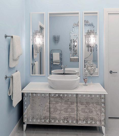 Tükrök, tükrök, tükrök...  A tükrökkel nem csak a teret tágíthatod - ami egy kis méretű fürdőszobában szintén előnyös dolog - de elegánsabb hangulatot is teremthetsz. Ha egy nagy tükör helyett több kicsit használsz, azzal még tovább fokozhatod a matricák által megalapozott luxus- vagy éppen modern hangulatot.  Kapcsolódó cikk: Duplázd meg a fürdőszobádat! - A legszebb falitükrök 8 ezer forint alatt »