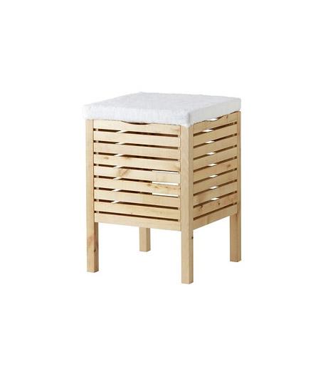 Tároló és ülőke az IKEA-tólA testápolót sokkal könnyebb használni, ha közben kényelmesen helyet foglalhatsz a fürdőszobában. Ha az IKEA Molger fantázianevű ülőkéjét választod, plusz tárolóhelyre is szert teszel: az ülőkébe ugyanis pakolni is lehet.