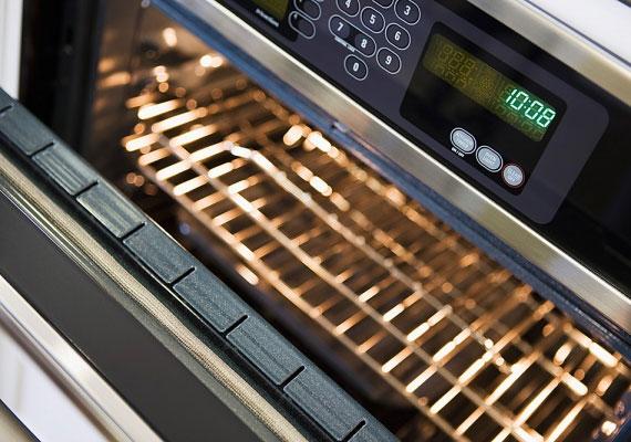 Nemcsak a fűtéssel, de a főzéssel, sütéssel, és akár a fürdéssel is termelhetsz meleget, melyet kihasználhatsz. Például, ha nyitott ajtóval hagyod kihűlni a sütőt, meleget varázsol a konyhába.