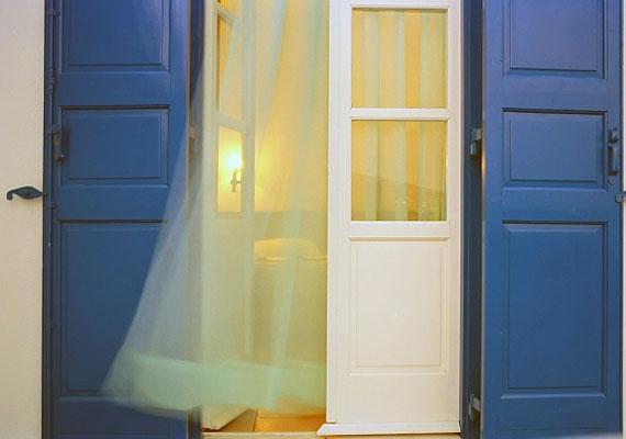 Ha szellőztetsz, inkább rövid ideig, kereszthuzattal tedd, mert így nincs ideje kihűlni a szobának, csak a levegő cserélődik.