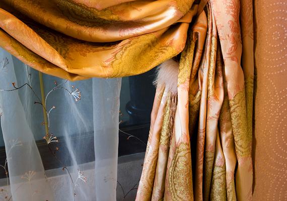 Érdemes a téli időszakban - persze főként sötétedés után, illetve, ha nem vagy otthon - vastag sötétítőfüggönnyel szigetelni a lakás ablakait, ha azonban az ablak előtt van a radiátor, figyelj rá, hogy a függöny ne lógjon rá a fűtőtestre, hogy a meleg levegő az utca felé áramoljon. Ha a radiátor teteje nincs szabadon a függöny miatt, érdemes utóbbit szalag segítségével hátrébb fogni.