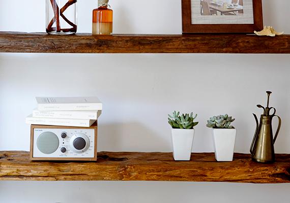 Melegebb marad a szoba, ha a radiátor fölé polcot szerelsz - persze csak akkor, ha nem éppen az ablak előtt helyezkedik el -, így ugyanis a meleg nem a mennyezet felé emelkedik, hanem előbb a helyiség közepe felé terelődik. Fontos azonban, hogy a radiátor és a polc között legyen elegendő hely, hogy a meleg levegő cirkulálhasson - ha többet szeretnél megtudni a módszerről, kattints ide!
