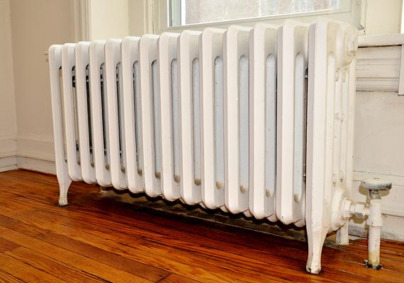 Ahhoz, hogy a radiátor működése optimális legyen, érdemes lehet légteleníteni, portalanítani, illetve hőtükörfóliát illeszteni mögé, legalább ilyen fontos azonban, hogy a szoba felőli oldala szabadon legyen. Semmiképp se tolj elé bútorokat, és lehetőleg a tetejére se pakolj semmit. Ha ruhát szárítasz rajta, száradás után minél előbb vedd le.