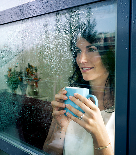 Ablakfólia  A meleg jelentős része távozik a lakásból az ablakon át, különösen, ha régebbi típusú nyílászáróról van szó. Segítséget jelenthet azonban a néhány ezer forintért beszerezhető, ablakra ragasztható fólia, mely hozzájárul a hatékonyabb szigeteléshez.  Kapcsolódó cikk: Így működik a hőszigetelő ablakfólia »