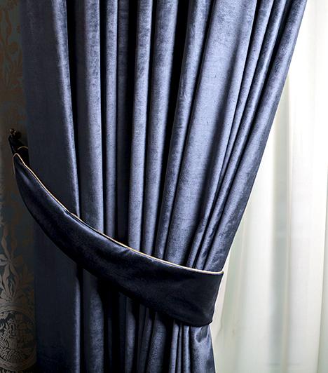 Vastag függöny                         A hő ablakon át való távozásának mértéket akár azzal is csökkentheted, ha olyan sötétítőfüggönyt használsz, melynek vastag, sűrű szövésű anyaga egyúttal szigetel is. Nagyon fontos azonban, hogy sose lógasd a fűtőtest elé, az ugyanis így nem a szobát fűti majd.